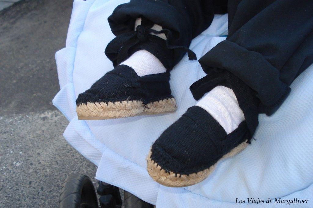 Detalle de los pies de un niño vestido de costalero en la semana santa de Sevilla - los viajes de margalliver